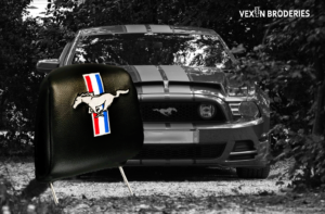 Vexin Broderies logo Mustang brodé sur appui-tête
